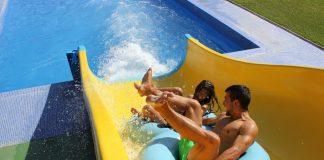 Dues persones baixant per un tobogan en el parc aquàtic a Platja d'Aro | Imatge d'Aquadiver