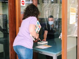 A la Biblioteca de Palafrugell entreguen els llibres fora el recinte després de la pandèmia del coronavirus | Imatge de l'Ajuntament