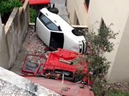 Cau una grua amb un cotxe a Palamós - Imatge de Cesc Marsal