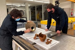 Arqueòlegs del CASC documentant aquest 18 de novembre del 2020 l'àmfora Tarraconensis descoberta al fons de les illes Formigues i el recipient de ceràmica que formava part del parament de la tripulació (Horitzontal)