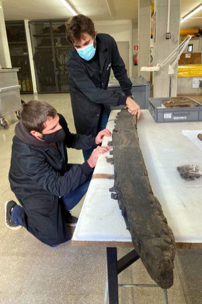 Arqueòlegs del CASC estudiant l'arquitectura naval de les restes d'un dels vaixells descoberts al Cap de Creus per comparar-les amb el Fomigues I, aquest 18 de novembre del 2020 (Vertical)