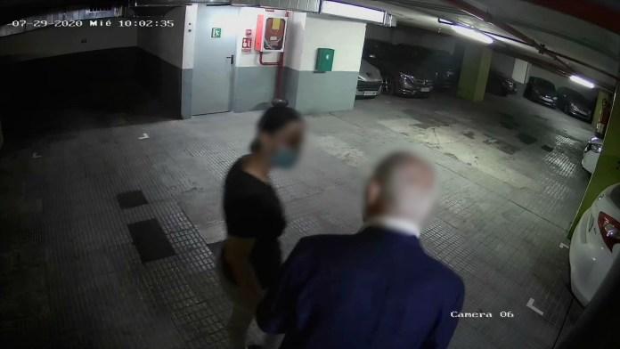 Moment d'un robatori a una persona gran   Imatge dels Mossos