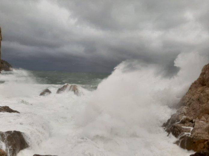 Pla mitjà d'una onada impactant contra una roca a l'Estartit aquest diumenge 10 de gener de 2021 | Imatge de l'ACN