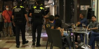 Dos efectius de la Policia Local patrullant pel centre de Platja d'Aro. Imatge del 24 de juny del 2021 - Imatge de l'ACN