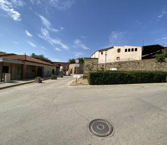 Escola de Cruïlles abans la reforma de l'entorn de l'escola - Imatge de l'Ajuntament