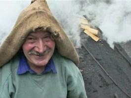 el-documentalista-antoni-marti-converteix-el-reportatge-homes-de-fum-(2001)-en-un-llargmetratge-documental-on-homenatja-l'ofici-de-carboner