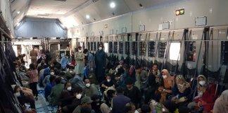 Pla general d'un avió A400M de l'exèrcit espanyol ple de gent per evacuar de Kabul. Imatge difosa el 25 d'agost del 2021 - Imatge del Ministeri de Defensa via ACN