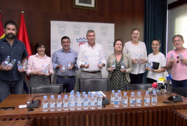 Cartaya Tv | Aqualia entrega 3.000 botellas de agua a las hermandades de San Isidro y El Rocío