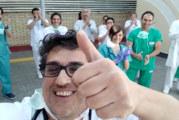 El médico onubense Pedro Sosa, se ha hecho viral por aplaudir a sus pacientes