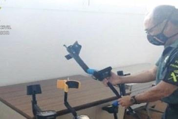 Matalascañas | La Guardia Civil interviene cuatro máquinas detectoras de metales a cuatro personas en la localidad