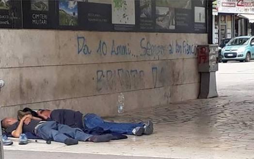 Cassino – Torna in città il polacco che bivaccava sotto i portici. Il web si divide sui provvedimenti da adottare