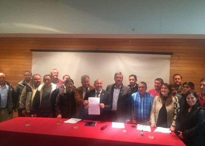 Dalcahue: con firma de protocolo de acuerdo termina movilización de microbuseros.