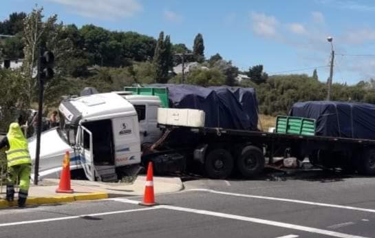 Castro: accidente deja seis lesionados y arrasó semáforos en Llau Llao.