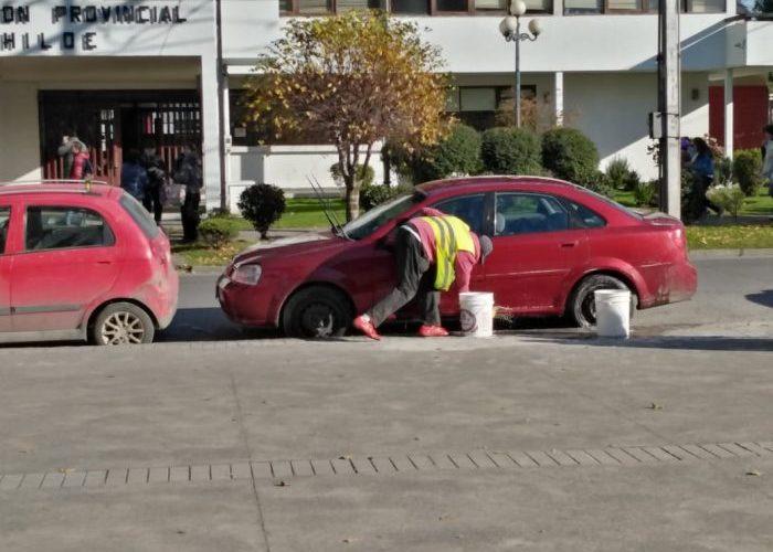 Castro: prestan servicio de lavado de vehículos en plena plaza de armas.