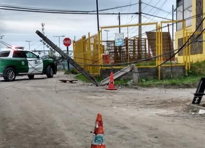 Castro: conductor que chocó poste de alumbrado de dio a la fuga.