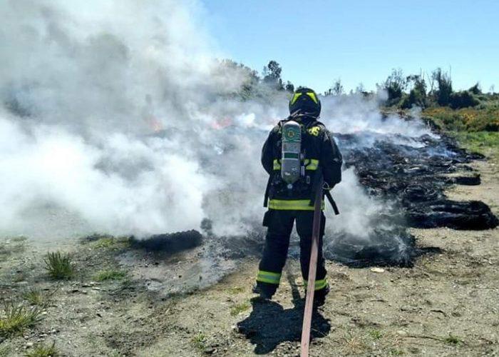 Castro: incendio afectó a área de acopio de neumaticos en vertedero municipal.