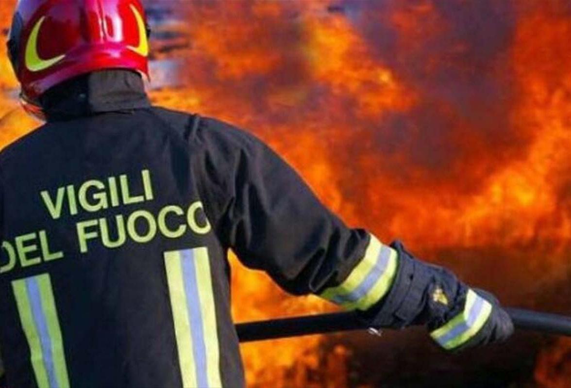 Caltanissetta, vasto incendio sulla Ss626: le fiamme domate dai ...