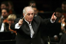 Israeli-Argentinean pianist and conductor Daniel Barenboim leads 'Beethoven's Fifth Symphony' Orchestra during its first concert at Cairo opera house in Cairo, Egypt, 16 April 2009. The one-time child prodigy pianist and Grammy Award winner, who is on his first visit to Egypt, was largely welcomed by mainstream Egyptian intellectuals and artists because of Barenboim's outspoken support of Palestinian statehood, criticism of the Israeli government and his contention that there is no military solution to the Israeli-Palestinian conflict. Those views even earned him honorary Palestinian citizenship, which he accepted in 2007. A planned concert in Cairo in January was canceled because of concerns over the musicians' safety during Israel's military offensive in the Gaza Strip. EPA/MOHAMED OMAR +++(c) dpa - Bildfunk+++
