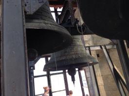 clopot din turnul bisericii catolice