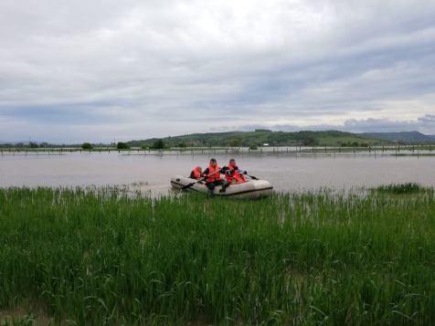 oameni evacuati din ape2
