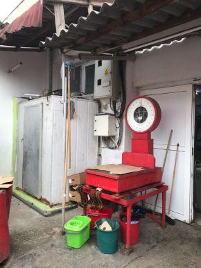 Comisarii de la Protecția Consumatorului au filmat și fotografiat condițiile în care erau preparate produsele din carne ce urmau să ajungă pe mesele constănțenilor