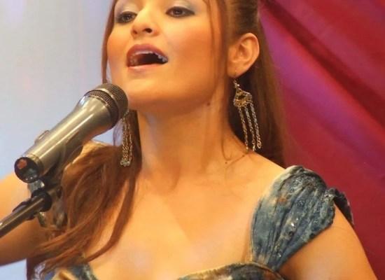 Cantante soprano Sara Diéguez con micrófono