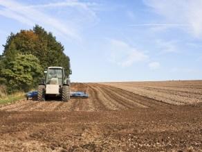αγρότης τρακτέρ χωραφι