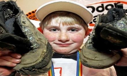 Scarpe da ginnastica più puzzolenti, ragazzo vince il primo premio e 2500 dollari.
