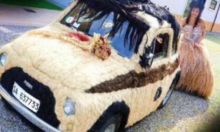 Fiat 500 tutta ricoperta da capelli umani