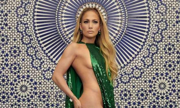 Il fisico bestiale di J. Lo: boom di 'like' per la foto con abito glitterato di Valentino