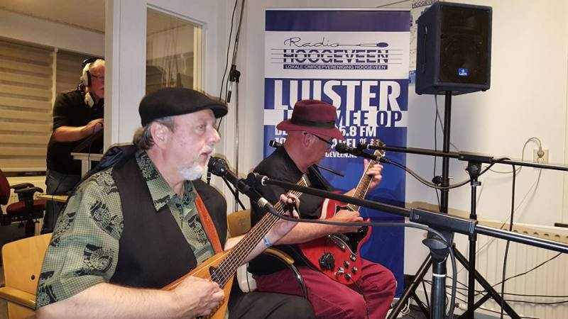 Ronnie Redwood en Jim Roberts live in Crossroad Blues