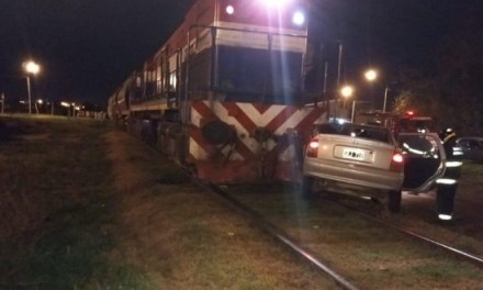 Choque en las vías: un auto destrozado y una mujer rescatada