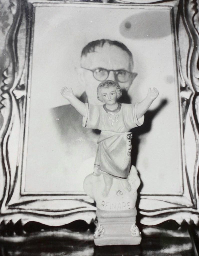 """El circo del Divino Niño. La Jerusalén de oro"""" del barrio 20 de Julio de Bogotá - divino-niño-y-padre-de-Rizzo-798x1024"""