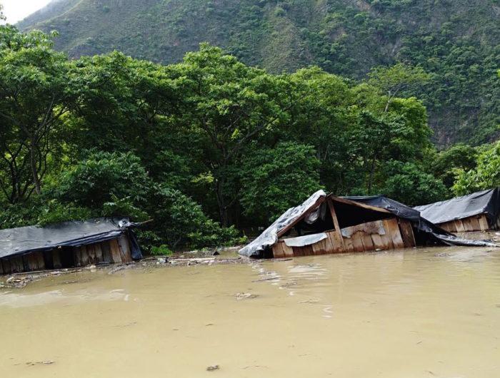 """Hidroituango """"quiere ocultar la crisis humanitaria y ambiental"""" - Inundacion-viviendas-barequeros-700x530"""