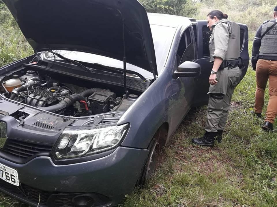 BM encontra carros abandonados suspeitos de serem utilizado por quadrilha na região