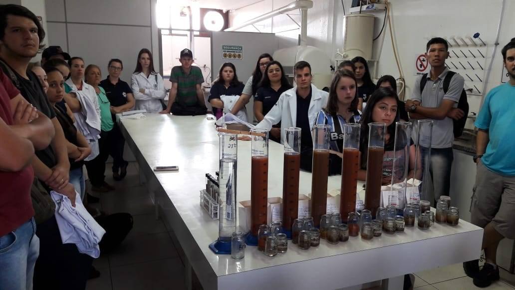 Acadêmicos de Agronomia da Uergs participaram de atividade no laboratório de solos da Coopatrigo