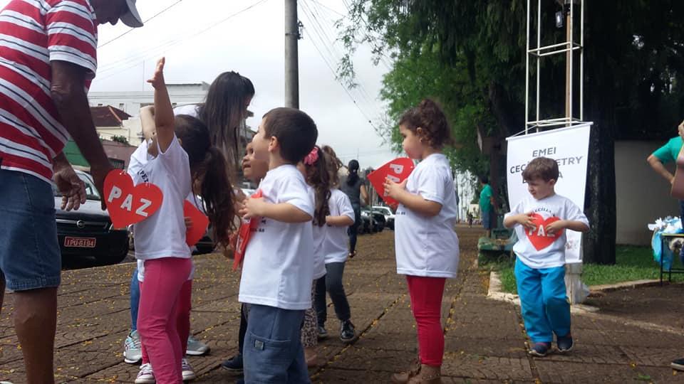 Crianças distribuíram abraços da paz para quem passou na Praça da Matriz de São Luiz Gonzaga hoje