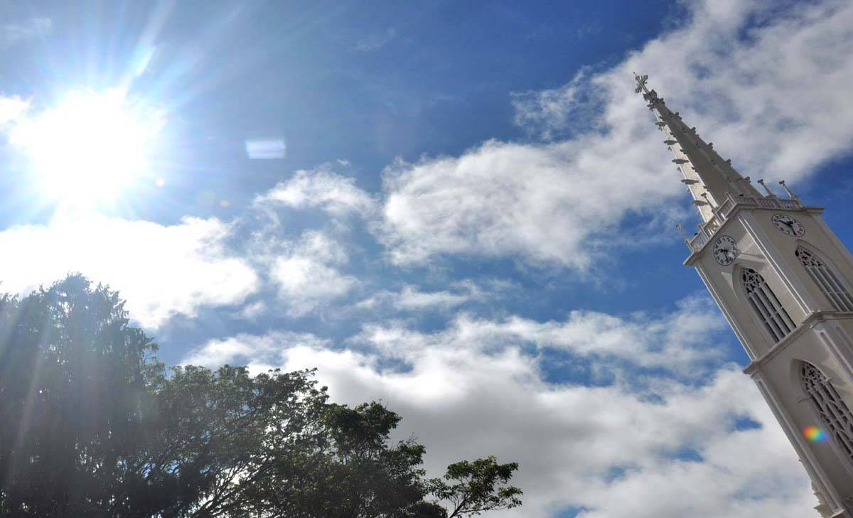 Tempo parcialmente nublado no início da manhã