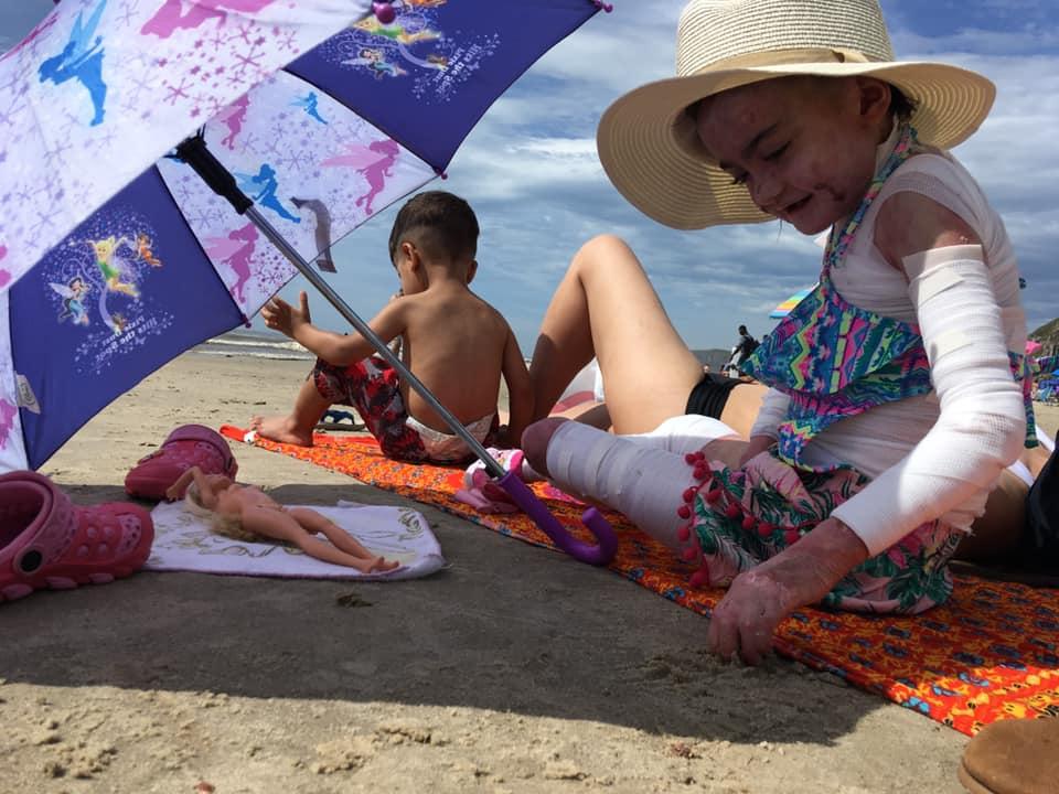Algumas horas na praia melhoraram ânimo e saúde de Raíssa Victória