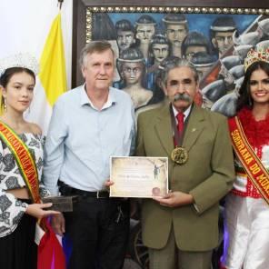 O ex-governador Olívio Dutra recebeu a comenda do prefeito Sidney Brondani