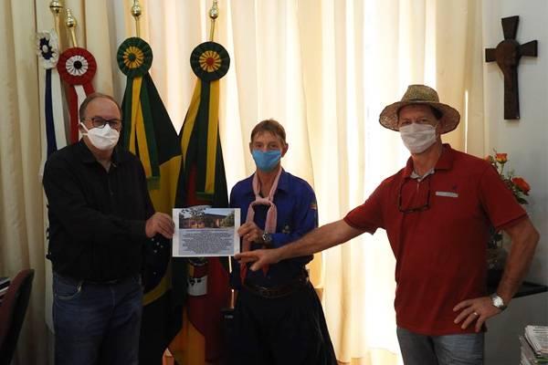 Prefeito de Roque Gonzales recebe convite para evento do CTG Sentinelas da Cascata