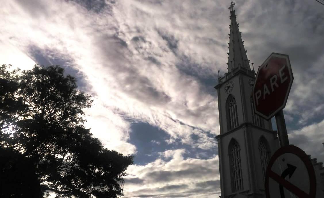 Sol entre nuvens e temperaturas em elevação nesta quarta-feira