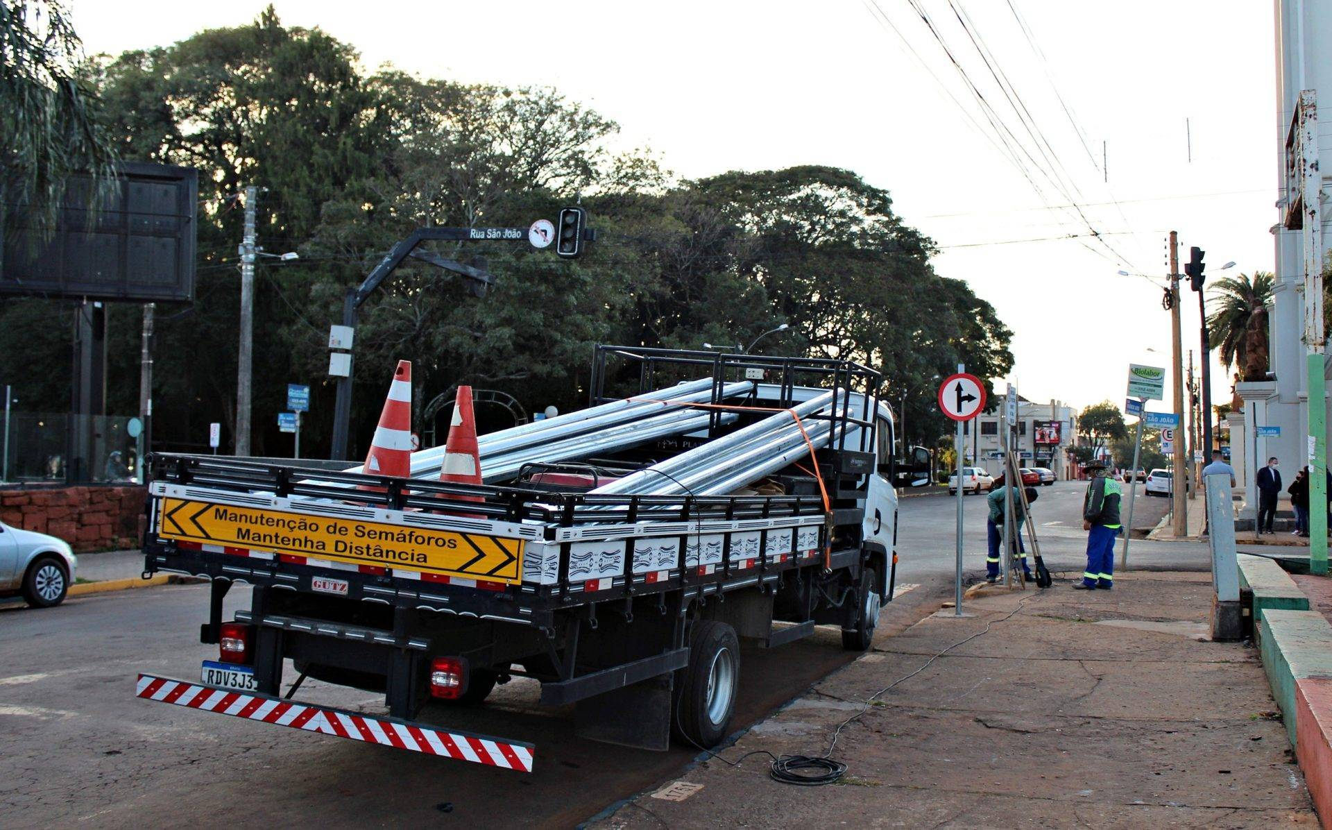 Prefeitura inicia a instalação de novos semáforos no cruzamento das ruas São João e Venâncio Aires