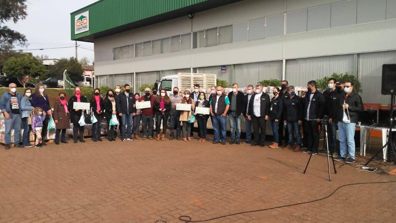 """""""Dia de Cooperar"""" da Coopatrigo distribuiu 1.035 cestas básicas e mais de R$ 90 mil para entidades da região"""