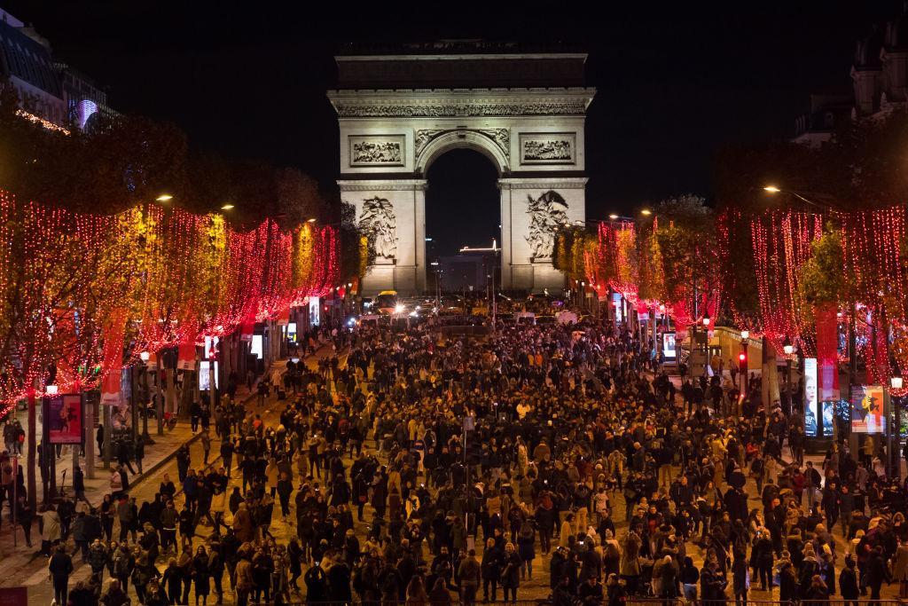 Ciao a tutti e benvenuti in un nuovo video !in questo video vlog andiamo in giro per parigi , prima ai mercatini di natale ai jardin des. Gli Champs Elysees Illuminati Per Natale Sono Uno Spettacolo Imperdibile Radio Monte Carlo