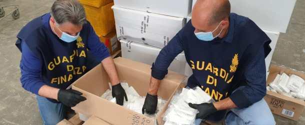 """La Guardia di Finanza di Salerno sequestra circa 18.000 tra mascherine e visiere protettive con il marchio """"CE"""" contraffatto."""