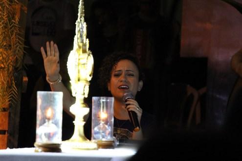 Cantora Ana Lúcia se apresenta dentro das comemorações de um ano na Novena do Divino Pai Eterno, em Afogados da Ingazeira