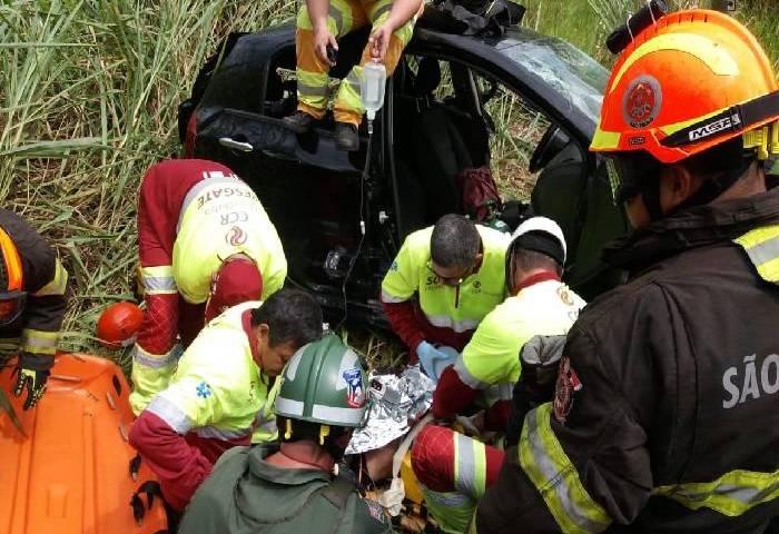 Veículo cai em ribanceira da Via Dutra em Caçapava