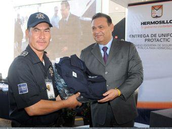 Entrega Alcalde uniformes inteligentes a Policía Municipal