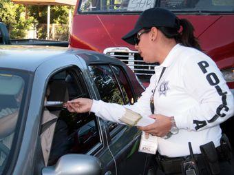 Previenen mediante volanteo el robo de vehículos
